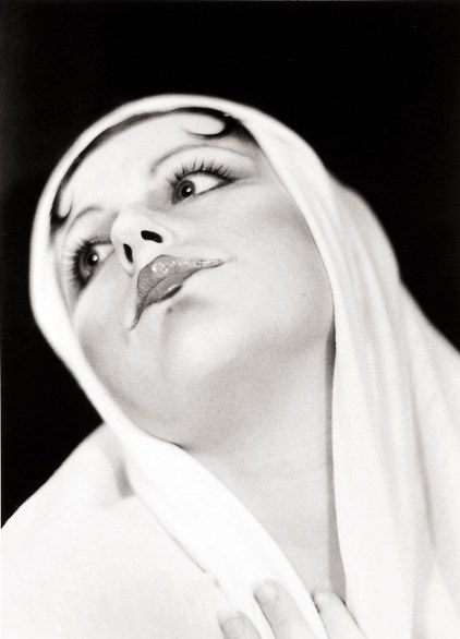 Cindy Sherman Untitled, 1975 serie di 6 fotografie in bianco e nero, colorate a mano Courtesy: Collezione Verbund Vienna