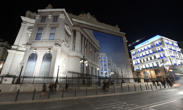 Marsiglia 2013 fine settimana inaugurale, Persone intente ad ammirare il murales trompe-l'oeil di Pierre Delavie, installato sulla facciata del Palais de la Bourse. Marsiglia 10 gennaio 2013. AFP PHOTO / GERARD JULIEN (Photo credit should read GERARD JULIEN/AFP/Getty Images)  Performance umana per la parata di luci della Sud Side Company. Marsiglia, 10 gennaio 2013. AFP PHOTO / ANNE-CHRISTINE POUJOULAT (Photo credit should read ANNE-CHRISTINE POUJOULAT/AFP/Getty Images)