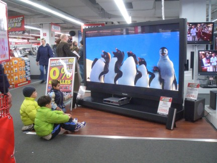 Bambini che guardano la tv in un centro commerciale