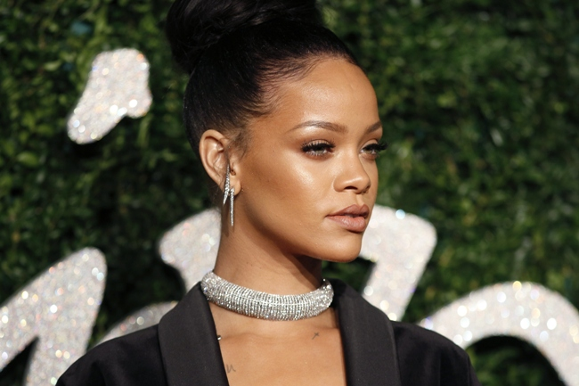 Barbadian pop star Rihanna poses for pictures on the red carpet upon arrival to attend the British Fashion Awards 2014 in London on December 1, 2014. AFP PHOTO/JUSTIN TALLIS        (Photo credit should read JUSTIN TALLIS/AFP/Getty Images)