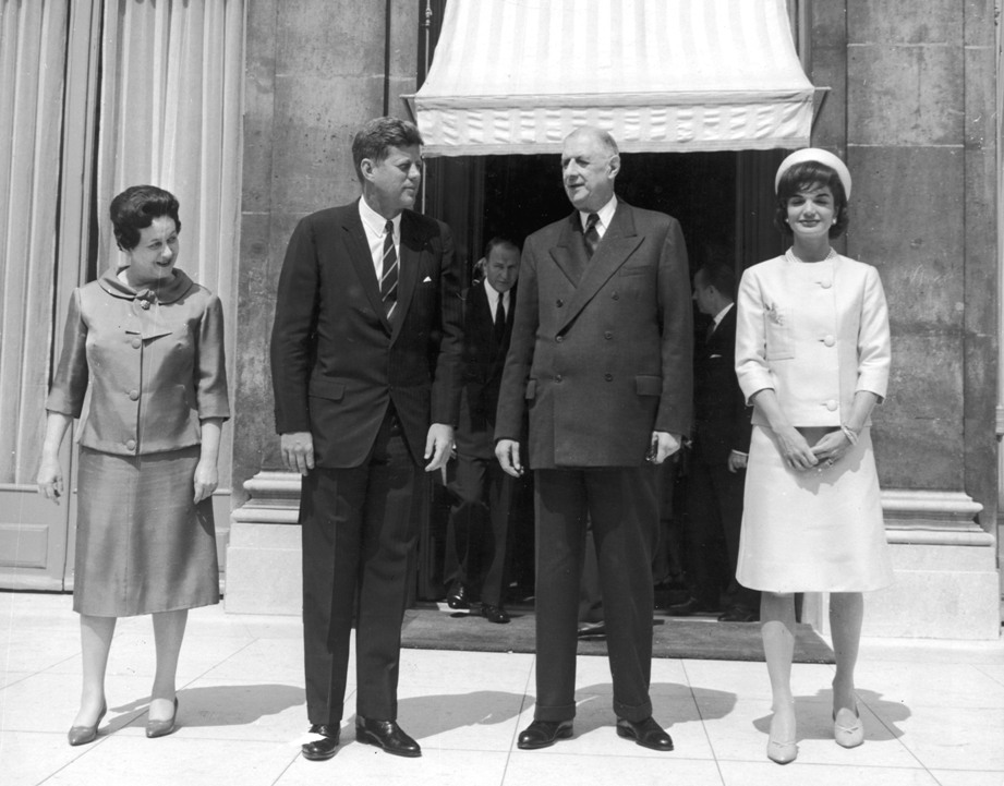 French First Lady Madame de Gaulle, American President John F. Kennedy (1917 - 1963), French President Charles de Gaulle (1890-1970), and American first lady Jacqueline Kennedy (1929 - 1994) stand outside the Elysee Palace, Paris, June 1, 1961 (Photo by Express Newspapers/Getty Images).