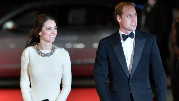 William e Kate alla premiere di Long Walk to Freedom: lei indossa un vestito 'riciclato' e un collier da 20 sterline – foto