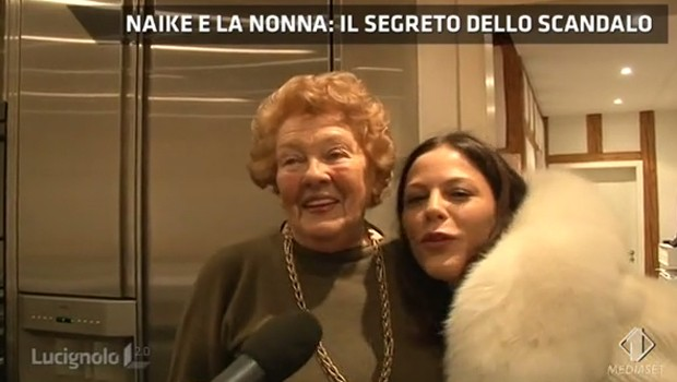 Naike Rivelli e nonna Ilse insieme per il remake del video scandalo