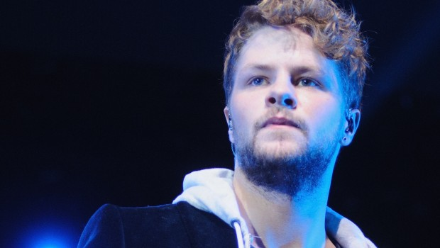 Jay McGuiness dei The Wanted fa a botte in un locale