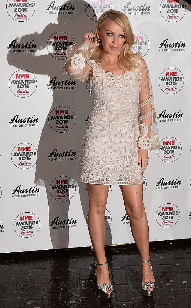 Australian singer Kylie Minogue poses on arrival at the NME music awards in London on February 17, 2016 / AFP / LEON NEAL        (Photo credit should read LEON NEAL/AFP/Getty Images)