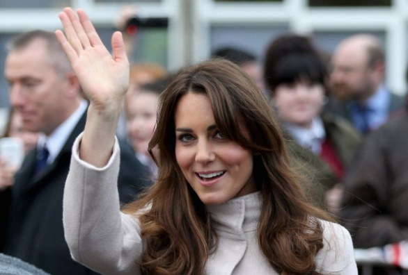 Kate Middleton saluta