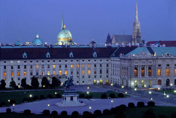 ©WienTourismus / Manfred Horvath   Legend:  Imperial Palace: view from the roof of the Naturhistorisches Museum Wien, Heldenplatz