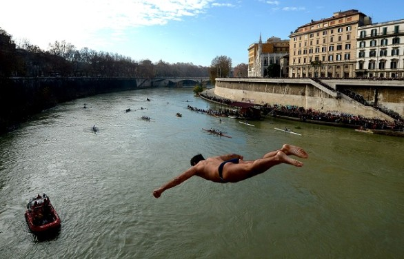 ITALY-NEW YEAR-TIBER-DIVE