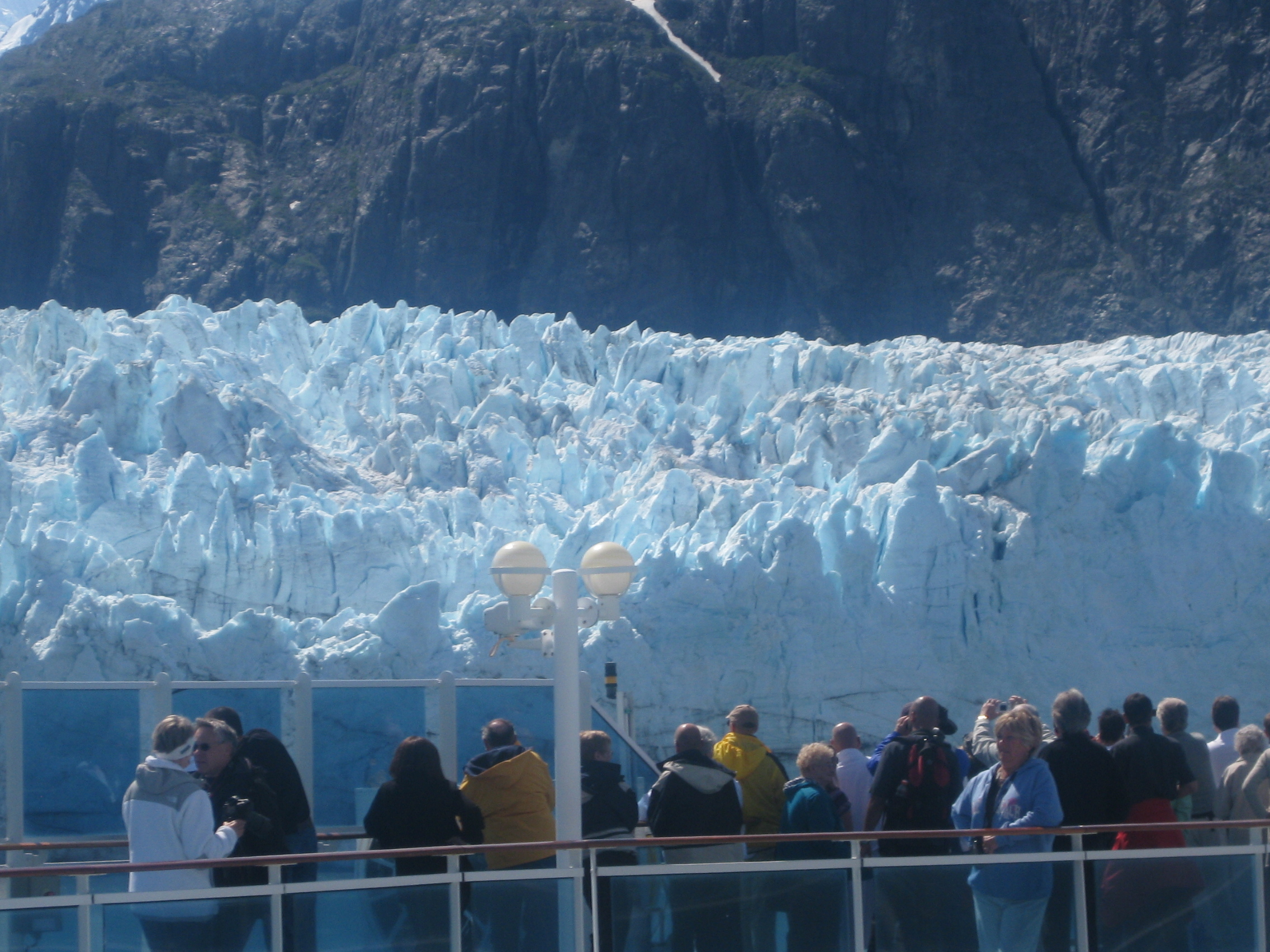 Dramatic_view_of_Marjerie_glacier_from_a_cruise_ship