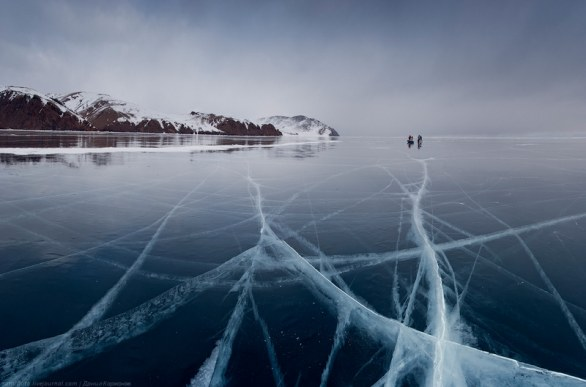 Pattinando sul lago Baikal in Siberia